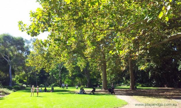 Minifigs at Botanic Garden