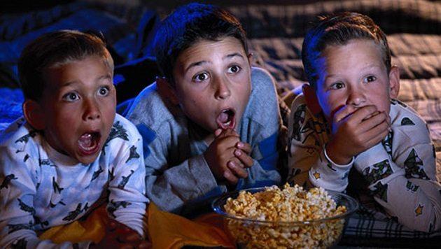 kids-watching-movie-002